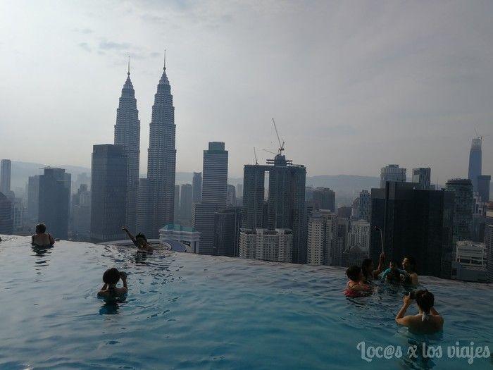 Piscina del edificio Platinum con vistas a las Petronas