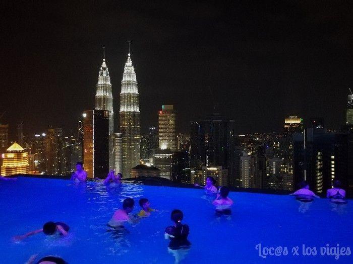 Piscina del Platinum con vistas a las Petronas