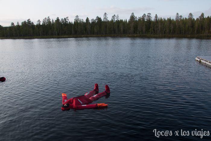 Flotando en un lago en Rovaniemi