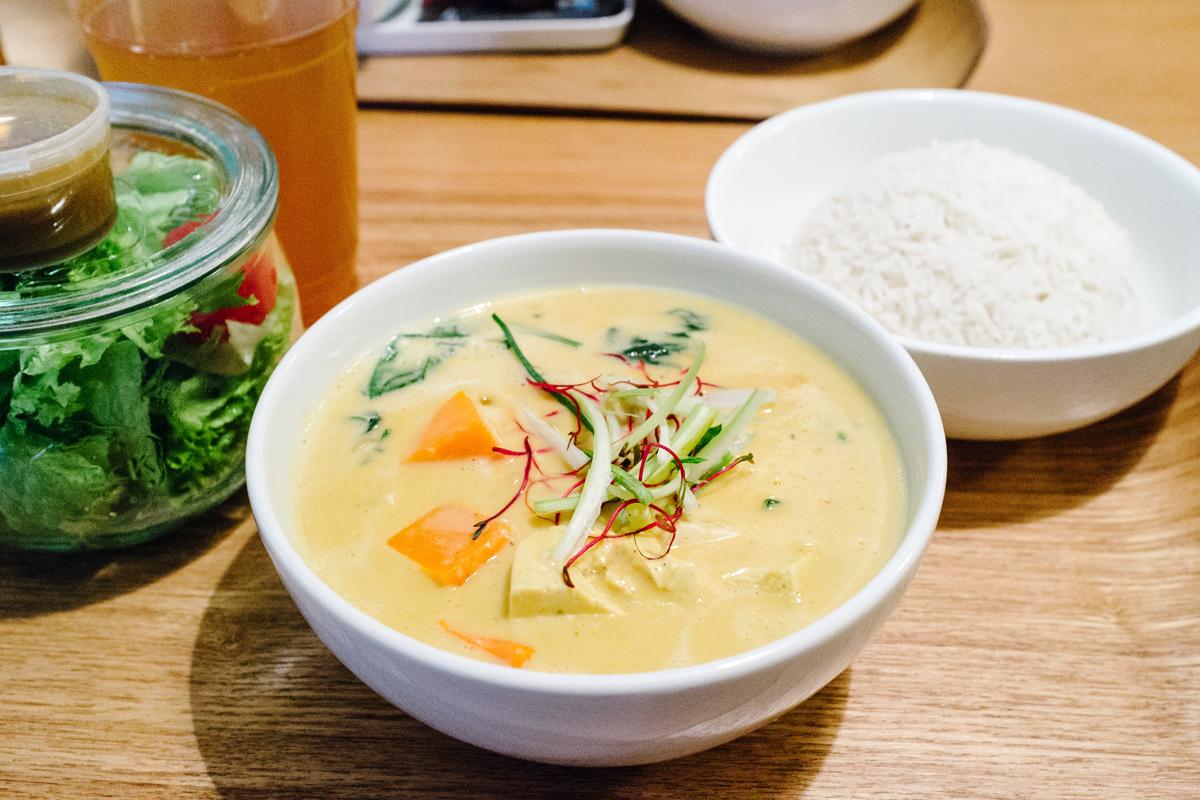Curry végétalien à la courge avec tofu bio et chutney à l'abricot