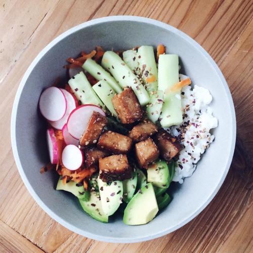 Chirashi végétalien: riz vinaigré, tofu fumé caramélisé, crudités
