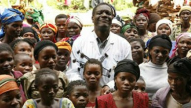 Dr. Mukwenge tussen zijn patiënten (still L'homme qui répare les femmes)