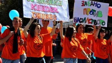 De OVSE neemt regelmatig initiatieven om de bevolkingsgroepen te verzoenen. Hier dragen jongeren slogans in het Albanees en het Macedonisch tegen huiselijk geweld