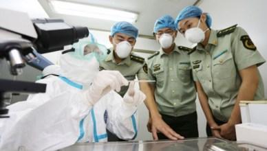 Chinees militair medisch personeel krijgt een opleiding in Ebola-preventie
