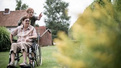 Een gebruiker van tijdskrediet zorgt voor haar invalide moeder