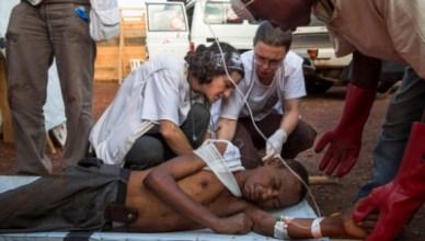 Een gewonde man krijgt verzorging van een medewerker van Artsen Zonder Grenzen in het kamp Mpoko