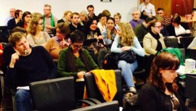 Vakbondsmilitanten pauzeren even tussen twee presentaties om ervaringen met elkaar uit te wisselen