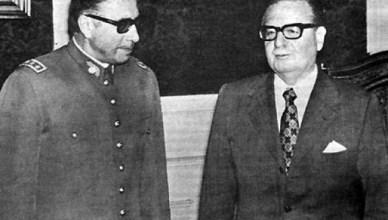 President Salvador Allende stelt generaal Augusto Pinochet voor, die hij zonet heeft benoemd tot opperbevelhebber van de Chileense strijdkrachten. Pinochet heeft de plannen voor de staatsgreep op 11 september 1973, nauwelijks enkele weken na zijn benoeming, al op zak