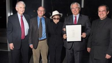 Yoko Ono reikt de prijs uit in New York in aanwezigheid (van links naar rechts) Daniël Ellsberg, Michael Ratner, Baltazar Garzón en Ricardo Patino