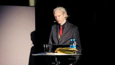 Los van de schuldvraag is elk land consulaire rechtsbijstand verschuldigd aan zijn staatsburgers. Australië weigert dat voor Assange, een gevaarlijk precedent voor het internationaal recht en de bescherming van de vrijheid van meningsuiting