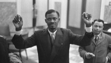 De 35-jarige Patrice Lumumba toont in januari 1960 zijn verwonde polsen, na zijn vrijlating uit de gevangenis. Zes maand later is hij eerste minister. Een jaar later wordt hij vermoord