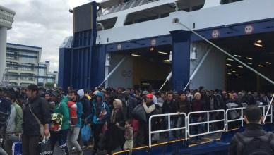 Vluchtelingen stappen uit de ferry in de haven van Piraeus