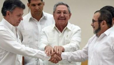 Colombiaans president Juan Manual Santos (links), Cubaans president Raúl Castro en Rodrigo Londoño Echeverri, leider van de FARC, sluiten de vredesonderhandelingen af in Havana
