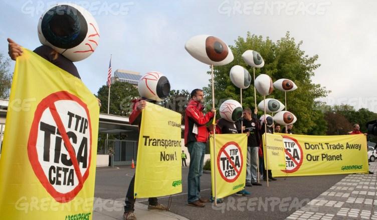 Met grote oogballen eist Greenpeace volledige transparantie van de TISA-onderhandelingen in Genève