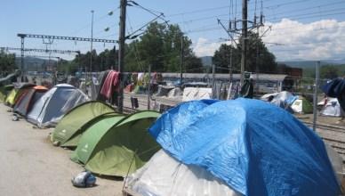 Slapen naast het treinstation van Idomeni aan de grens met Macedonië, wachtend op een trein naar het noorden