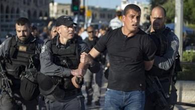 Israëlische politie houden een betoger aan in Jeruzalem