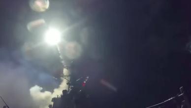 Een Tomahawkraket wordt gelanceerd vanop een Amerikaanse oorlogsbodem voor de kust van Syrië