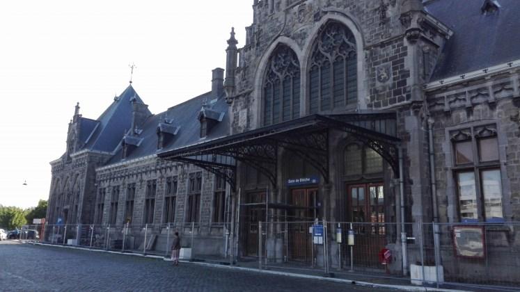 Het prachtige stationsgebouw van Binche, een van de vele trotse stations die ooit door de Belgische staat werden gebouwd, symbool van een vergane glorie
