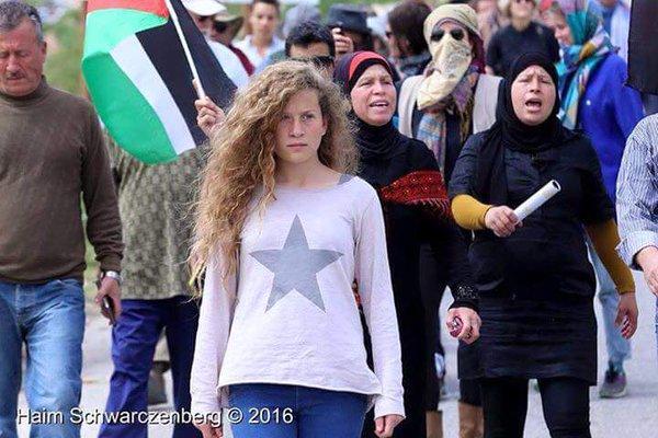 Ahed Tamimi tijdens een van de wekelijkse vrijdagprotesten tegen de bezetting en de kolonisatie in haar dorp Nabi Saleh