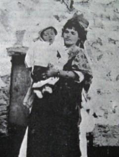De achtienjarige Fadhma omstreeks 1900 met haar zoon Paul-Mohand-Saïd