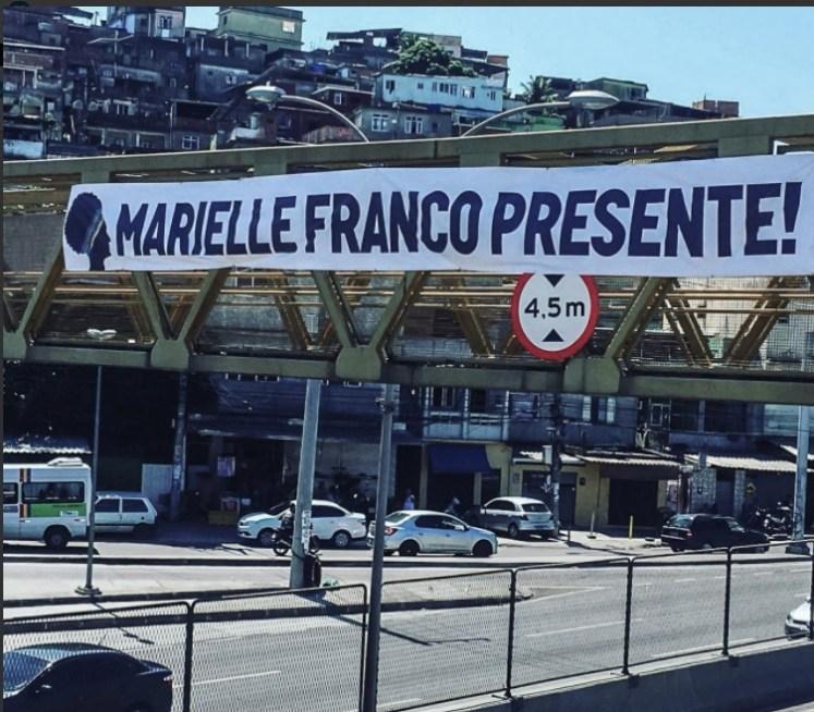 Banner op een voetgangersbrug in Rio