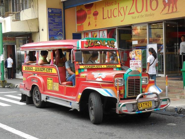 Jeepney-drivers steken heel wat creatief werk in het versieren van hun zelf verbouwde terreinwagens