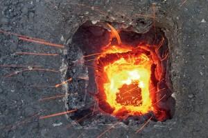Ein seltenes Bild. Der an der Kaminwandung abgelagerte Ruß brennt. In dieser Phase ist der Brand noch gut zu beherrschen. Foto: Kollinger