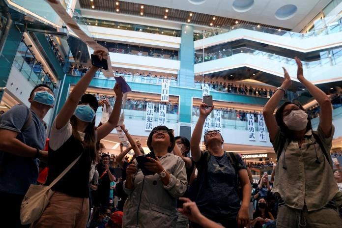 [NEWS] Hong Kong police storm mall as protest turns violent – Loganspace AI