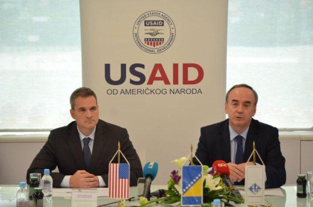 Ravnatelj misije agencije USAID za BiH Peter Duffy i direktor EP BiH Bajazit Jašarević pri potpisivanja Memoranduma o razumijevanju dvije stane 2016.