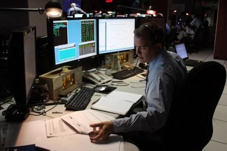 .Operador em sala de controle de alarmes, comum em indústrias de processo. A ISA 18.2 visa melhorar a forma como o operador verá os alarmes em seu painel.