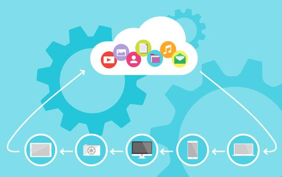 Nuvem contendo diversos formatos de conteúdos, como arquivos de som e texto. Tudo interligado à vários dispositivos tecnológicos diferentes. Ilustrando o tema de cloud da indústria 4.0