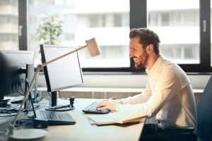 Pessoa sorrindo - software