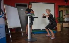Trainer Sebastian Winkelmann demonstriert das emyos-System; Foto: Andreas Reichelt