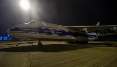 Antonov während eines Triebwerksaustausches