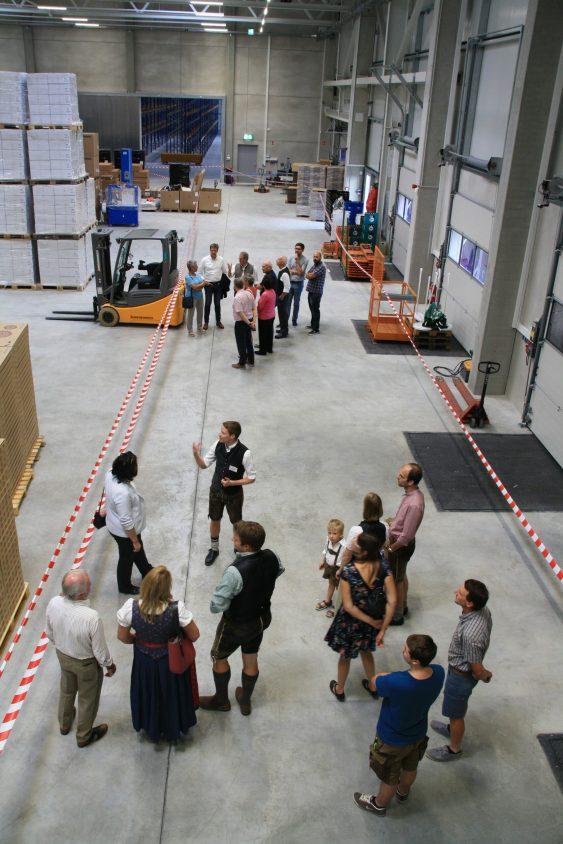 Gäste informierten sich in kleinen Gruppen auf Führungen über den Neubau (Bild: Gisela Blaa
