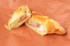 クリームチーズとさくらあんの三角パイ