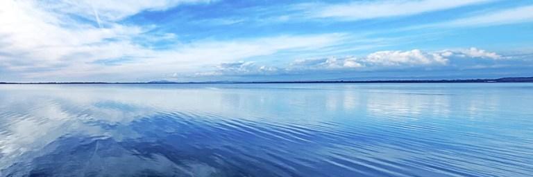 AdobeStock_kuva_tyyni_järven_pinta_sininen