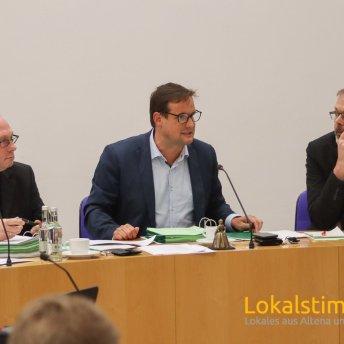 Der stellvertretende Bürgermeister Thorsten Schick (mi) vertritt in der heutigen Ratssitzung in Iserlohn den erkrankten Bürgermeister Dr. Peter Paul Ahrens.