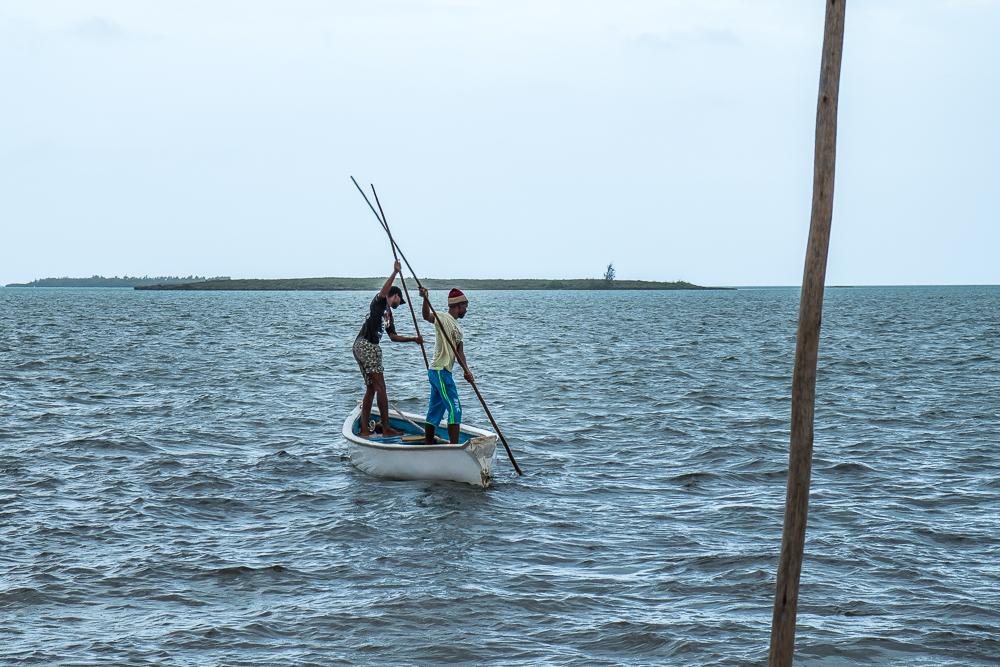 Rodrigues - Pêcheurs relevant leurs casiers