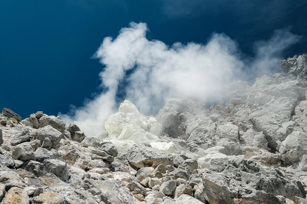 Ca fume au Mont Yake Dake...et ça pue l'oeuf pourri!