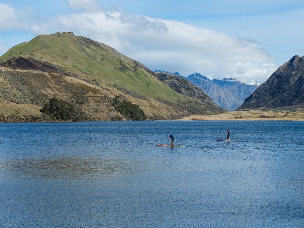 Locaux en paddle sur le Lac Moke