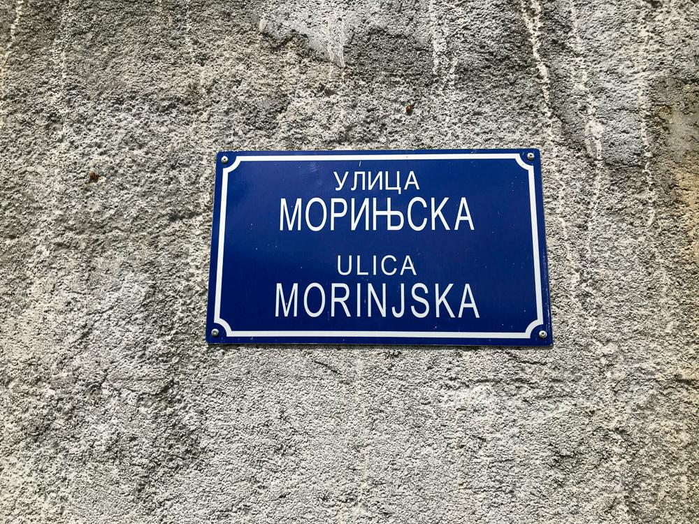 Panneau de rue en cyrillique et monténégrin