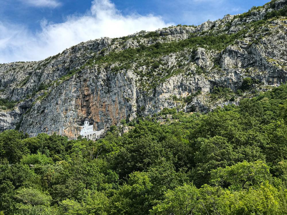 Vue sur la façade du monastère d'Ostrog, ce point blanc est visible de loin.
