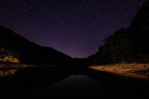 Belle nuit étoilée près du lac