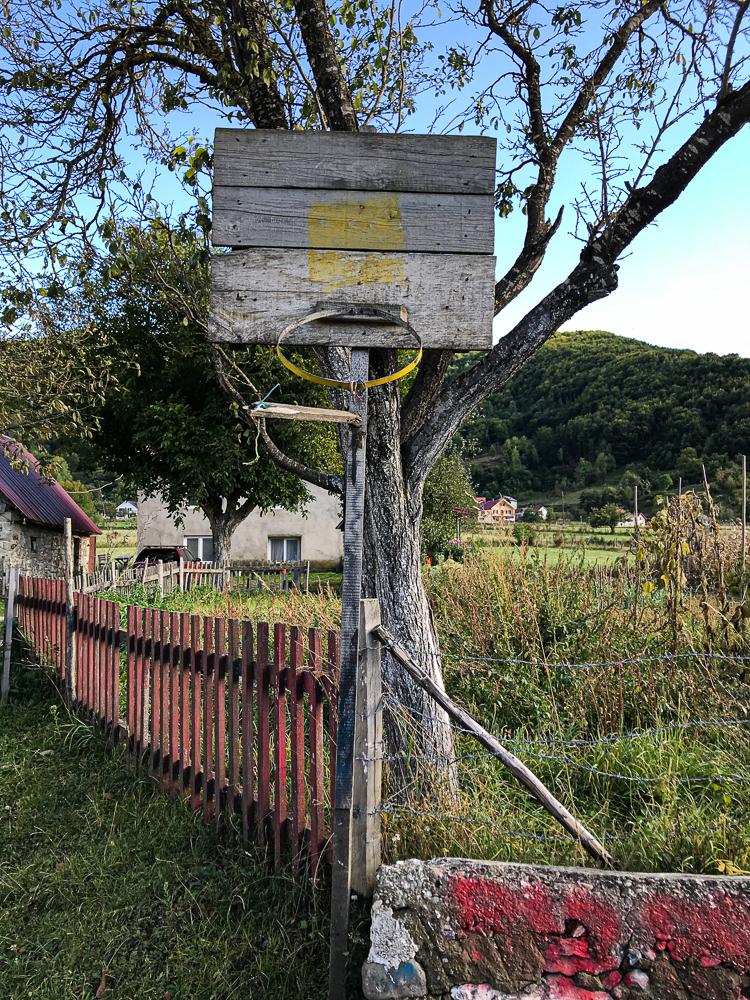 Ballade à Gusinje. Panier de basket fait maison