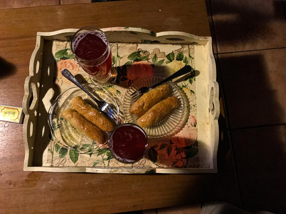 Plateau offert par nos hôtes : sablés au miel, noix et raisins, avec un jus de myrtilles frais
