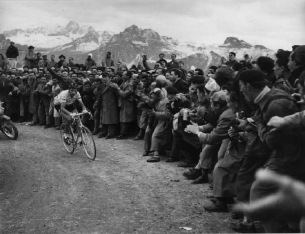 35° Giro d'Italia. Fausto Coppi sul Pordoi, in fuga davanti a Bartali e Magni.