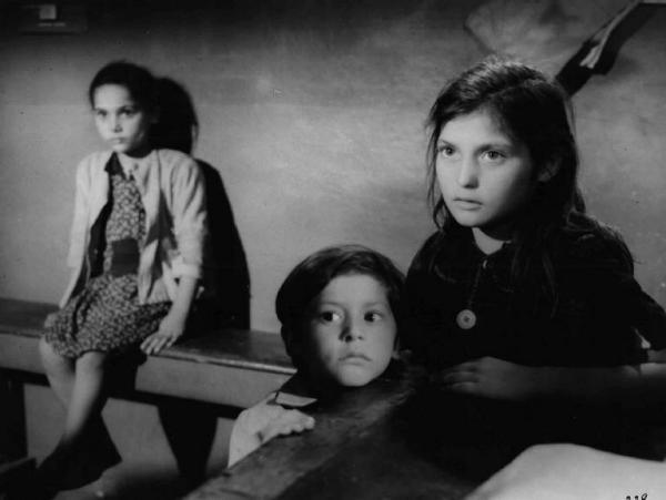 """Scena del film """"Il cammino della speranza"""" - Pietro Germi - 1950 - Chicco Coluzzi e altri due bambini"""