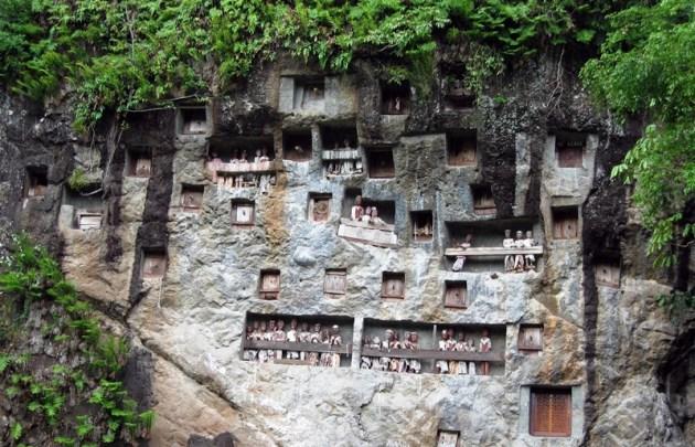 tana-toraja-04-stone-grave