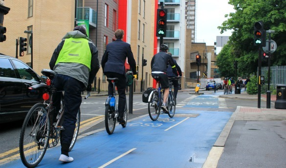 Cyclists at CS3 traffic lights